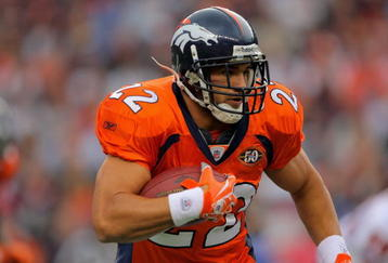 DENVER - AUGUST 30:  Running back Peyton Hillis #22 of the Denver Broncos rushes against the Chicago Bears during preseason NFL action at INVESCO Field at Mile High on August 30, 2009 in Denver, Colorado. The Bears defeated the Broncos 27-17.  (Photo by Doug Pensinger/Getty Images)