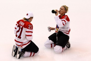 Canadawomenhockeydrinkbeere1267199758690_display_image